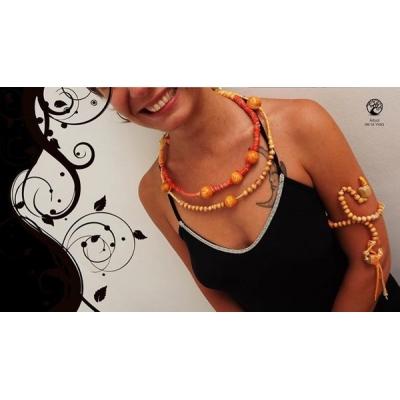 Collana girocollo con perle in legno
