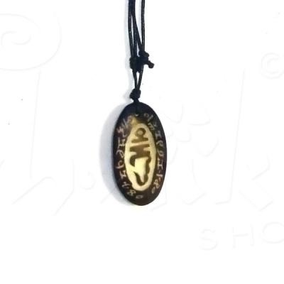 Collana con ciondolo in pietra incisa
