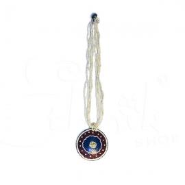 Collana di perline bianche con ciondolo dipinto terra