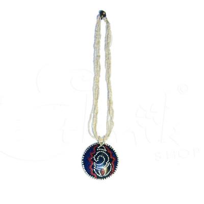 Collana di perline bianche con ciondolo dipinto tribale